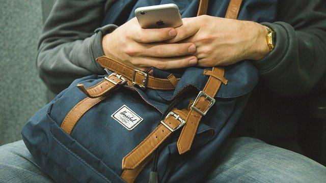 会っている時に携帯をいじるかを確認