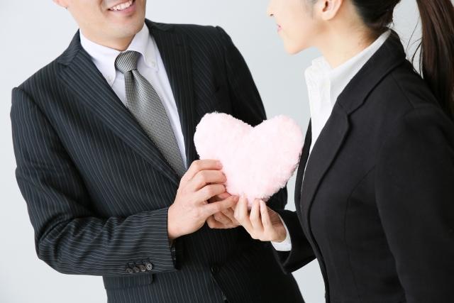 仲良くなってきたら、少しずつ既婚上司に恋心を芽生えさせる
