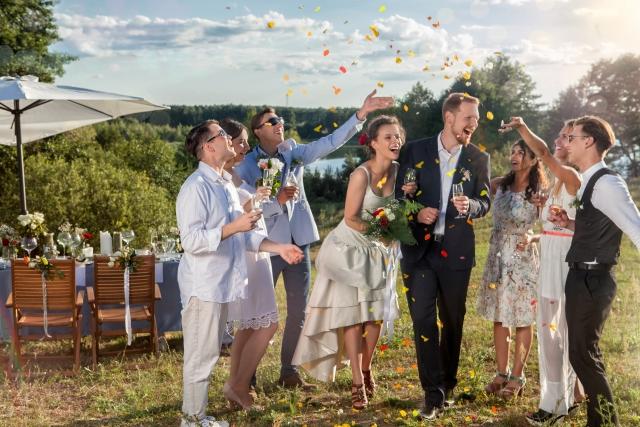 結婚式に出席してお祝いしている夢占い