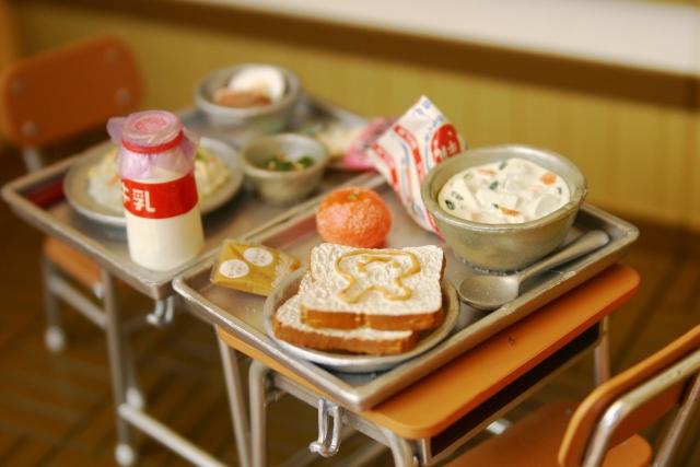 学校で給食を食べている夢占い