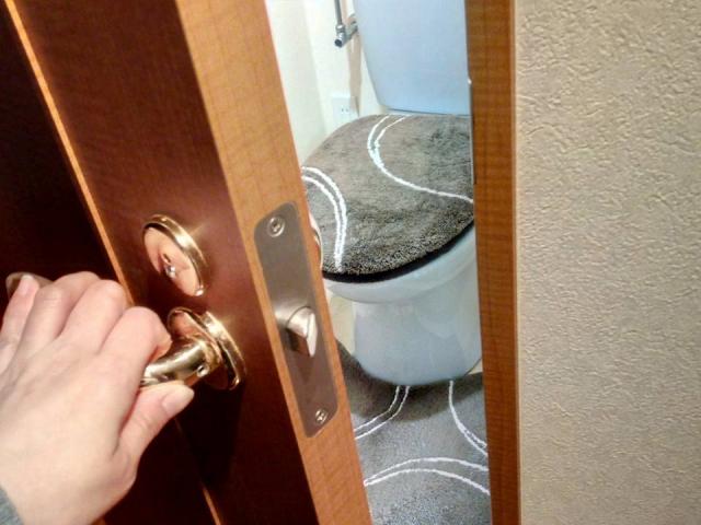トイレを開けられる夢占い