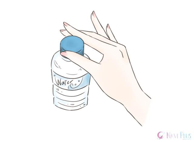 蓋を開ける時、閉める時につい、ギュッと握ってグイッとやってしまいがちですが、上品さを考えるのであれば、指先でクルクルと丁寧に開け閉めするのがオススメです。