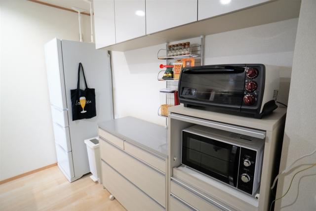 冷蔵庫の上に電子レンジを置かない