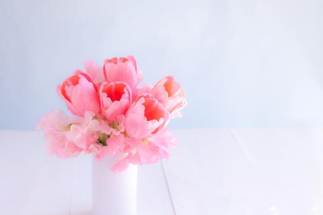 花瓶はガラスや陶器など自然素材のものを使う