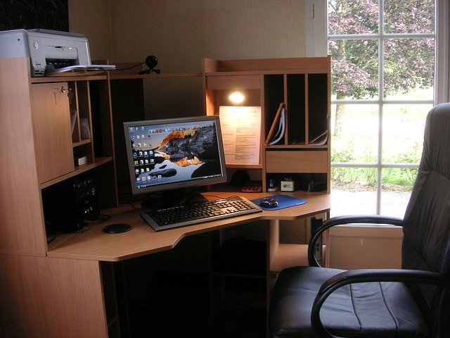 質の良い木製の机と座り心地の良い椅子を使う