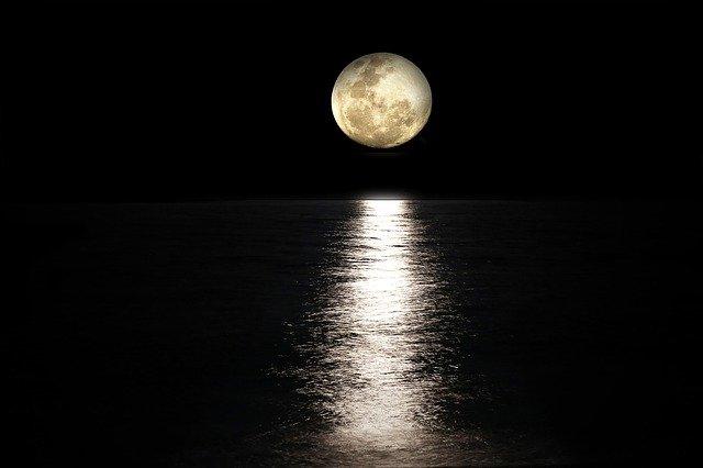 「私が見ていなくても、月はそこにあるはずだ」